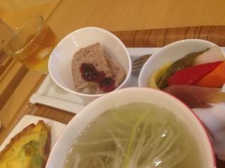 限定メニュー「牛たんと彩り野菜のアンサンブル」のスープやマリネなど。