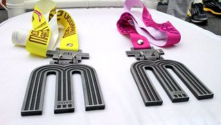 Playera y medalla del Maratón de la Ciudad de México