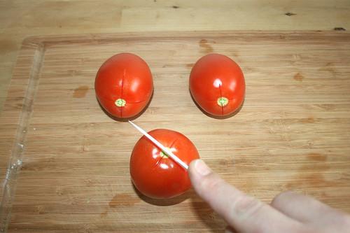 14 - Tomaten kreuzförmig einritzen / Cut tomatoes cross-wise