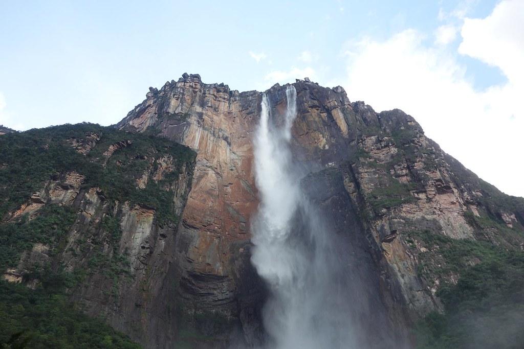 途中で滝の水が霧になっているエンジェルフォールの風景