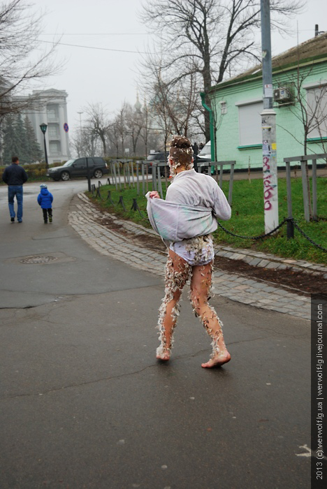 Петушиный перформанс в Киеве на пейзажной аллее