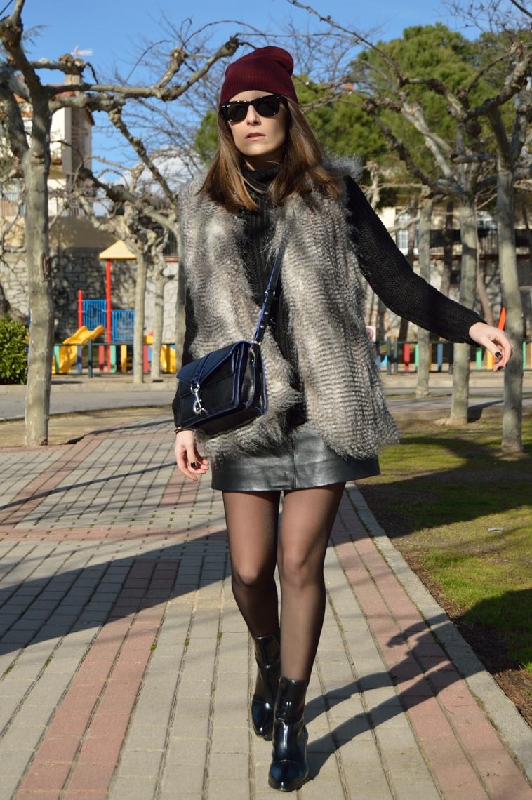 lara-vazquez-madlula-blog-outfit-black-easy-chic-burgundy-on-top