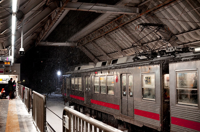 雪の降る夜の駅