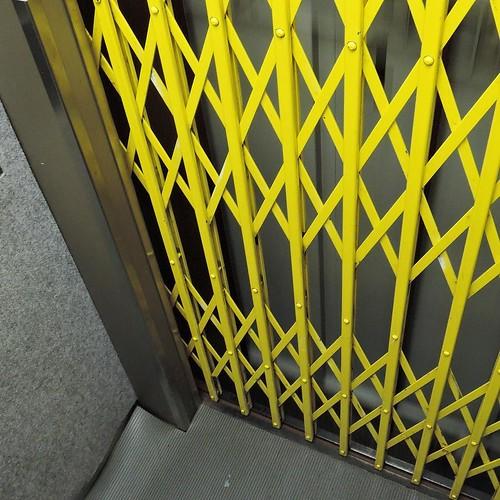 降りる時に閉め忘れると、警報が鳴るのと、エレベーターが動かないので、注意しましょう。 #銀座 #奥野ビル