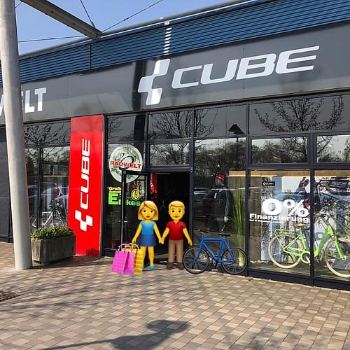 #einkaufen bei uns ist ein #erlebnis  jeder #wunsch wird erfüllt  #frau  👠+👚+🚲 #mann 👖+👕+🚲+⛑ #cubeyourlife #becube @cube.bikes.official