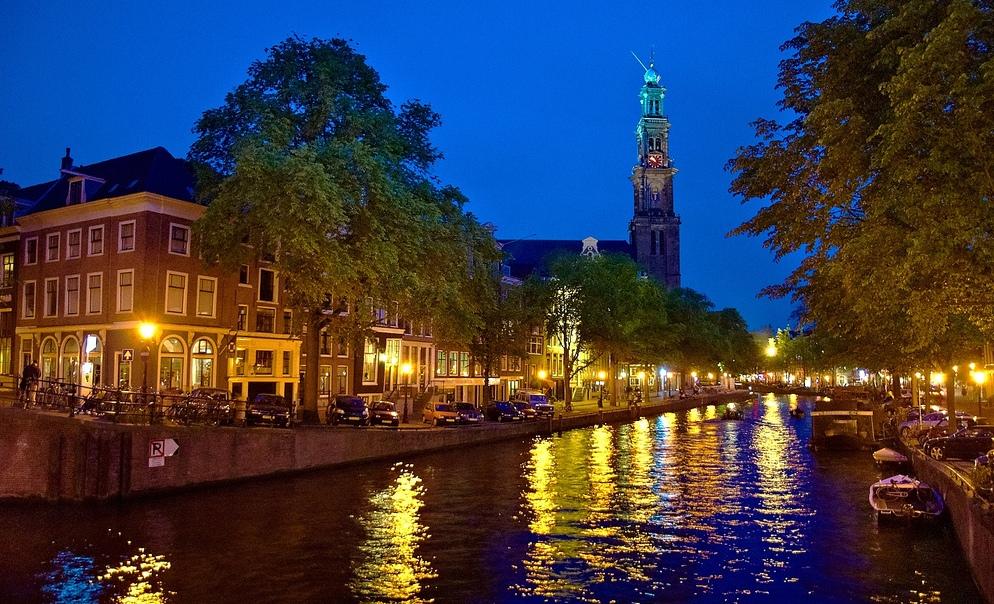 16. Canal Prinsengracht. A la izquierda, justo antes de la torre, la famosa casa de Ana Frank. Autor, Moyan Brenn