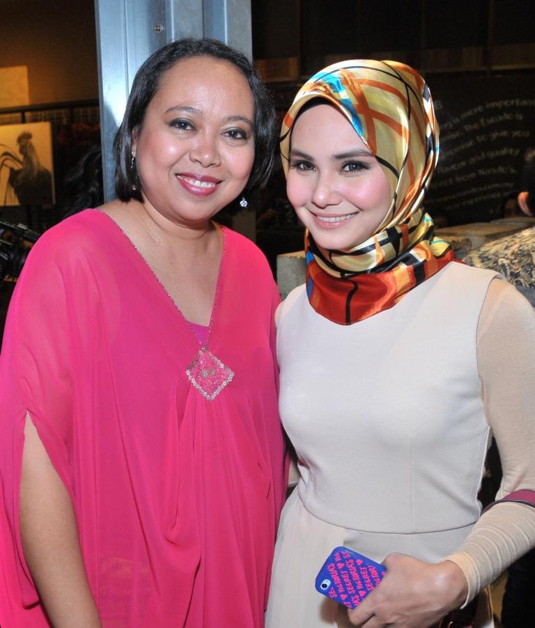 Editor Pengurusan LISA, Izza Safinaz bersama Fida Ibrahim