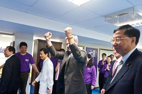 洛克菲勒主席看見佛教如來宗200多位大學團同修代表,展現出來的團隊精神力與禪行者的風範,興奮地舉起雙拳讚美!