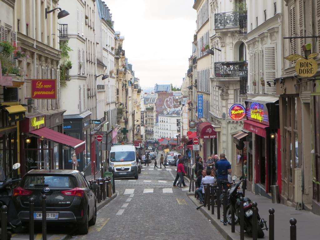 Rue des martyrs rue des martyrs climbs through for Miroir rue des martyrs