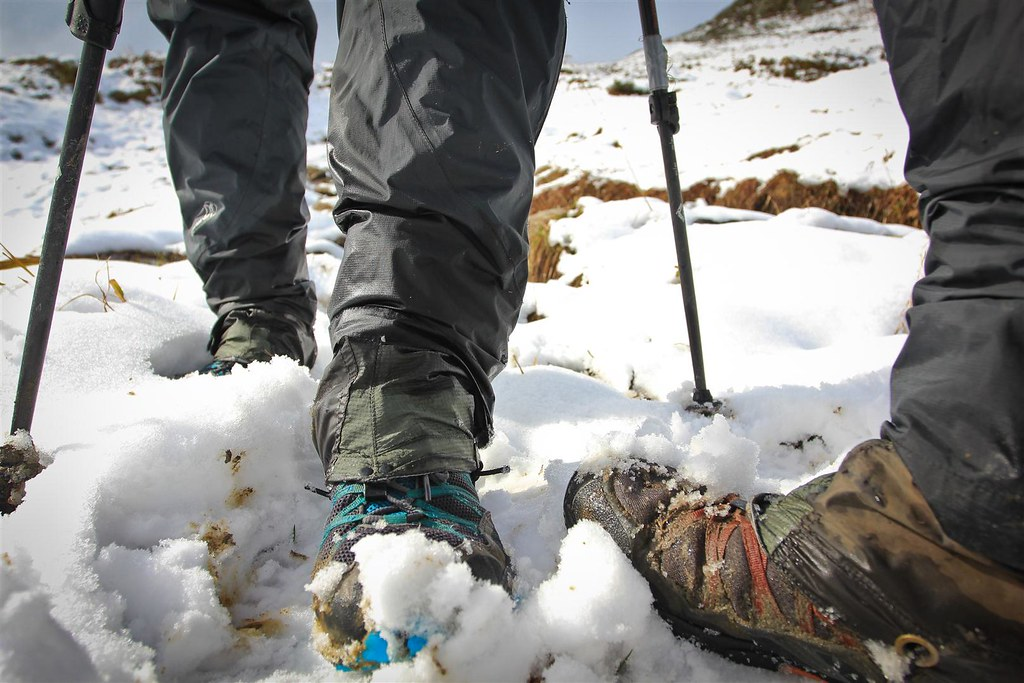 Shoulder season footwear. What works for us in snow when it's not extreme cold? Trailrunners, gore-tex socks, minimalistic gaiters and lightweight rain pants.
