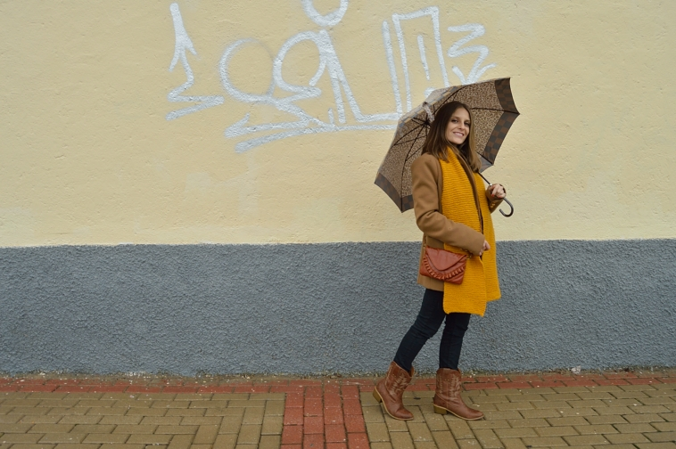 lara-vazquez-madlula-blog-umbrella-mustard-scarf-cowboy-boots-winter