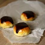 Opskrift på hjemmelavede Fastelavnsboller med creme, nødder og chokolade