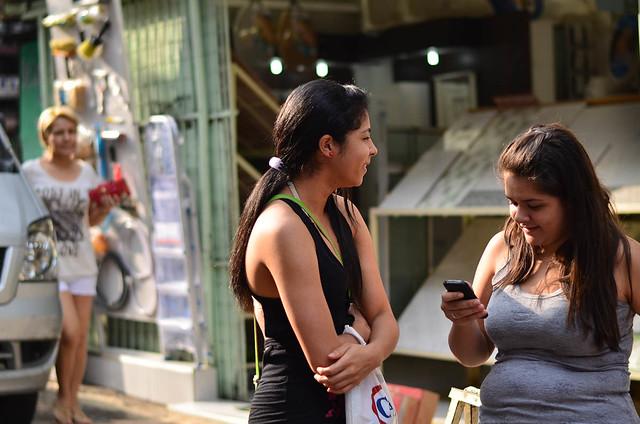 Dos amigas en la favela Rocinha hablando por el móvil