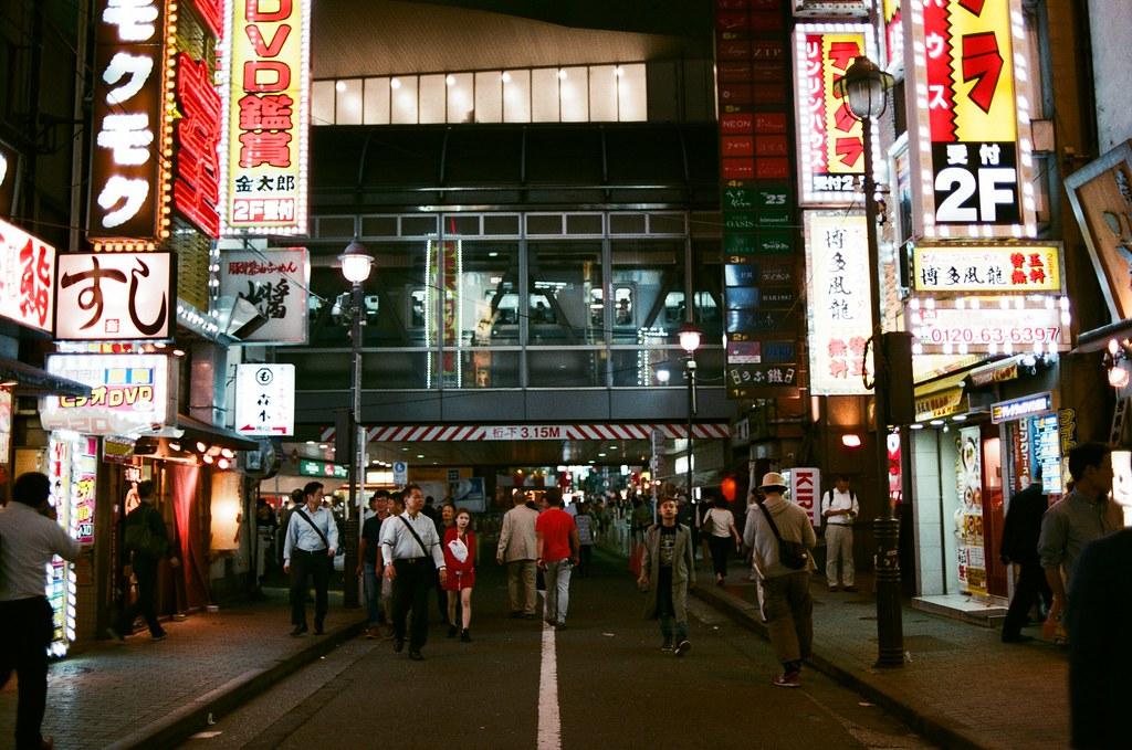 渋谷 Shibuya, Tokyo, Japan / AGFA VISTAPlus / Nikon FM2 在渋谷亂逛的時候有點迷路,但是看到這個列車高架就知道渋谷車站的方向。  像這樣的隔音牆,日本就選擇透明的,不會是呆板的阻隔版,還滿特別的。  Nikon FM2 Nikon AI AF Nikkor 35mm F/2D AGFA VISTAPlus ISO400 0998-0023 2015-10-02 Photo by Toomore