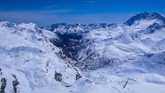 Widok ze szczytu 3242m (w pobliżu Col Basei), na jezioro Lago di Caresole Reale 1573m, w dolinie  Vallle del