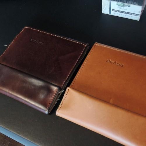 三年半使い込んだ財布を見せてもらった。革の感じがすごく良くなってる。かっこいいなぁ。
