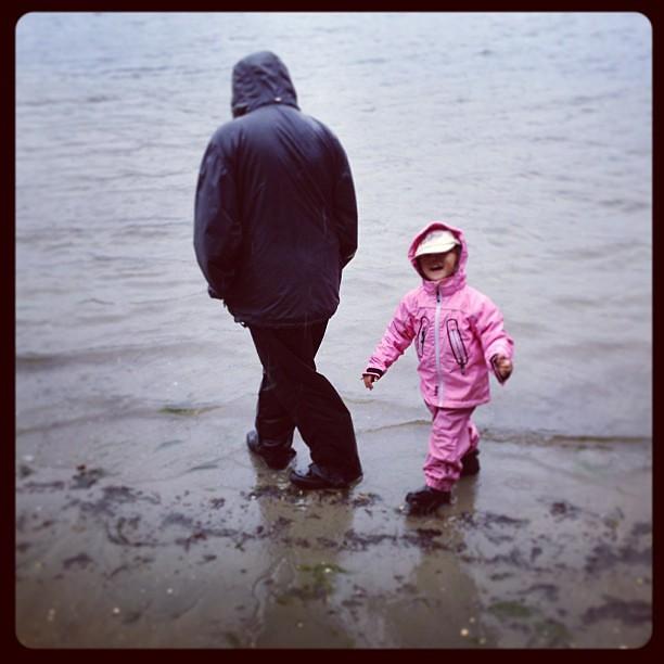 Flickor vid ett hav.