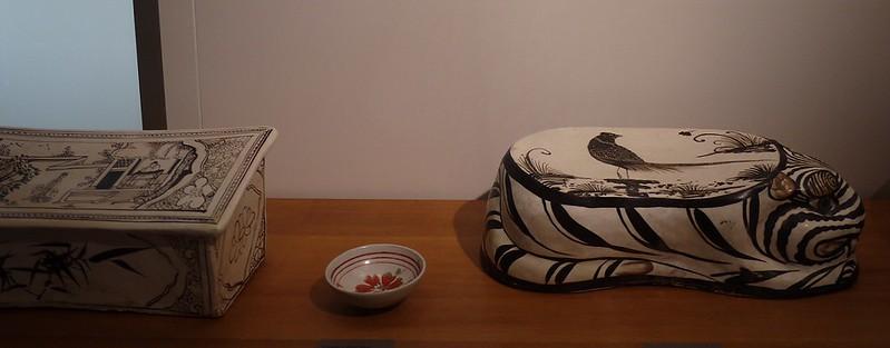 12 虎形瓷枕