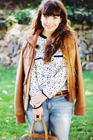 Chicnova star print blouse, Bershka camel brown leather jacket, Under the shade of a bonsai tree constellation libra star brooch, lanidor camel blue belt, white pointy low heels shoes, lanidor boyfriend jeans, black stone ring and tings ring, parfois camel blue bag, drawing dreaming blog, drawing dreaming outfit, ester Durães, Portuguese blogger