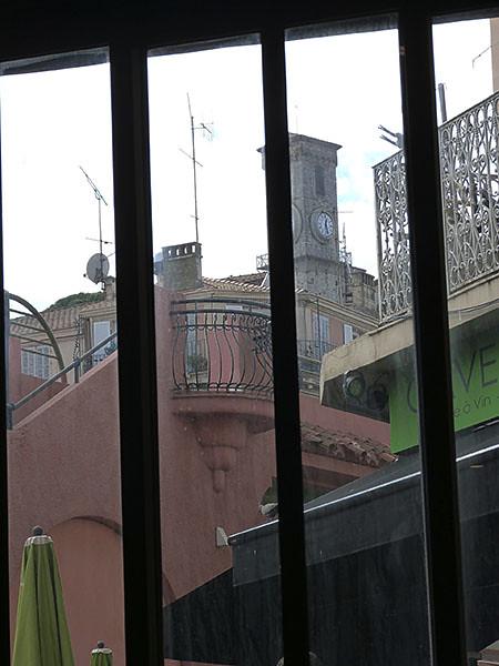 par la fenêtre du Café de  l'Horloge