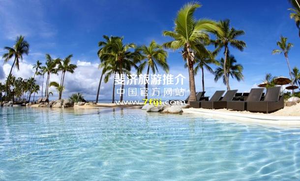 斐济喜来登度假村(Sheraton Fiji Resort)拥有沙滩的游泳池