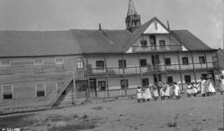 School children outside the Fort Providence Indian Residential School, Northwest Territories / Écoliers à l'extérieur du pensionnat indien de Fort Providence (Territoires du Nord-Ouest)