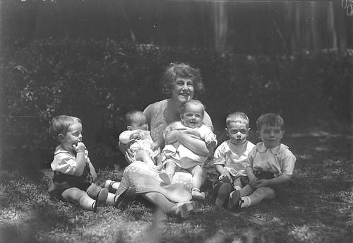 Musical comedy star Dorothy Brunton with five small children, St Margaret's Hospital, Darlinghurst, Sydney / photographer Sam Hood