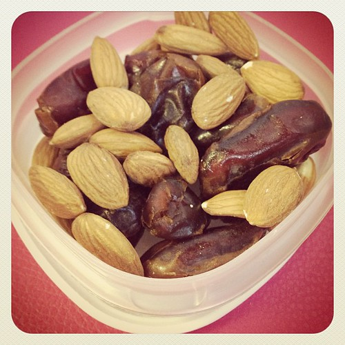 Snack box - Dates and Almonds Some Health Benefit Facts on the Blog www.therabbitandtherobin.co.za {follow me @robindeel on Instagram} Official @rabbitandrobin  #nuts #almonds #foodfacts #organic #vegetarian #vegan #dates