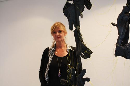Karin Häll ställer ut på Konstforum, här bakom verket Släkttrådar