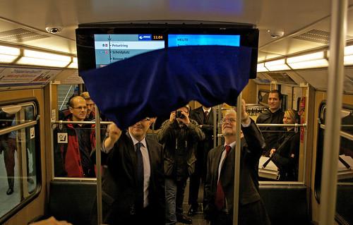 Andreas Orth (mc R&D GmbH) und Herbert König enthüllen die ersten Bildschirme des Münchner Fensters