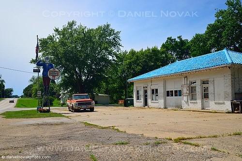 road summer unitedstates decay roadtrip iowa gasstation crosscountry ia friendly gasoline whiterose menlo 2013 whitepole gasstationman