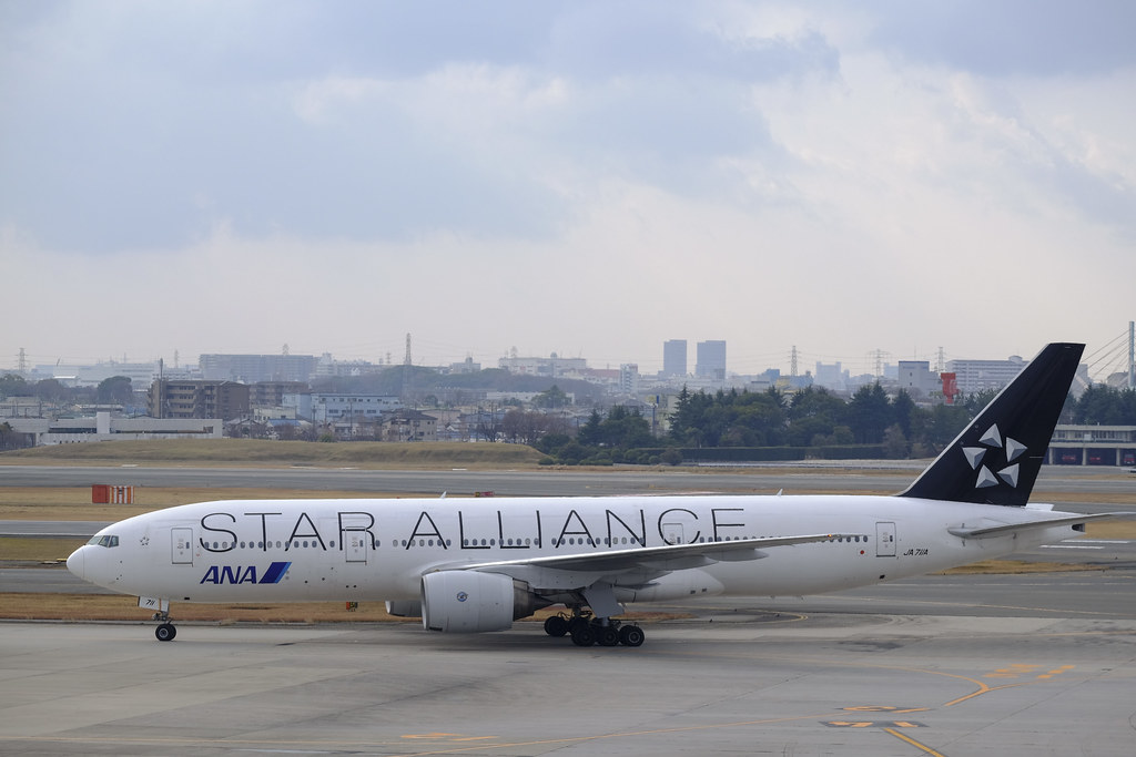"Itami Airport 2013.12.27 (19) JA711A / ANA's B777-200 with ""STAR ALLIANCE"" logo"