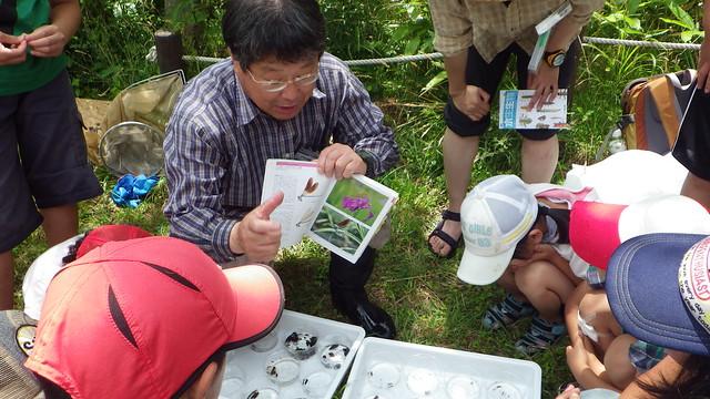 生きものの特長や生息地を,内藤先生が図鑑を使って教えてくれたよ!
