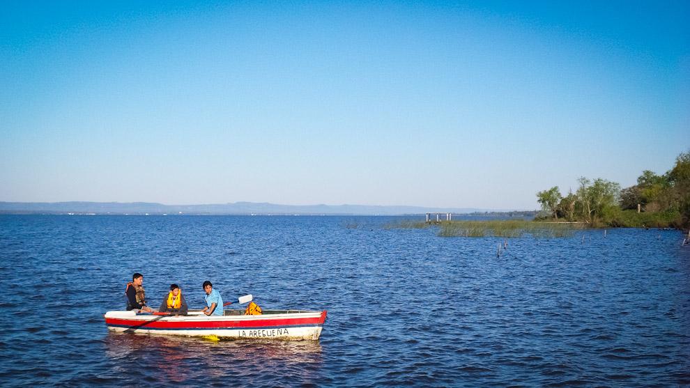 Turistas se pasean en canoas durante una tarde de domingo en las aguas del Lago Ypacaraí desde la playa de Areguá, los habitantes del lugar ofrecen servicios de paseos por 10 mil guaraníes por persona (Elton Núñez).