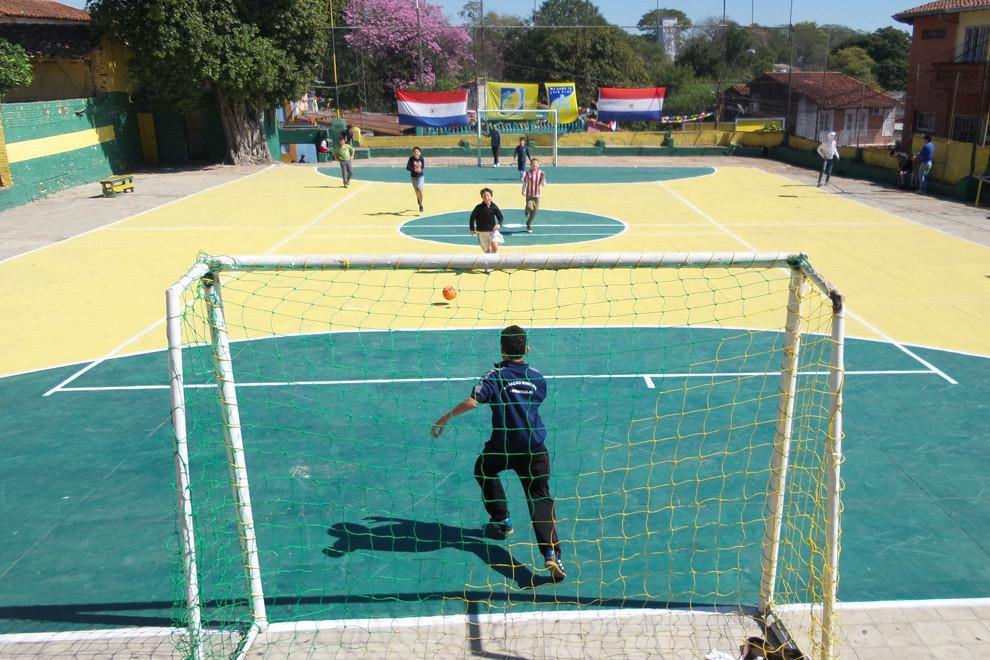 Varios niños juegan al futbol en la cancha del Club San Gerónimo, que recibe a cientos de visitantes durante el fin de semana y es una importante atracción turística para los extranjeros. (Tetsu Espósito).