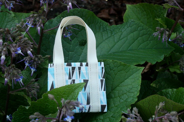Mini-Tote amongst the Borage