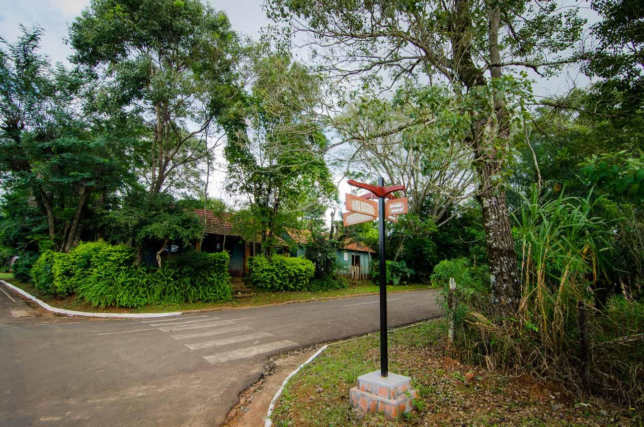 Calle señalizada en el distrito de Santísima Trinidad del Paraná, poblado anexo a las ruinas jesuíticas. (Elton Núñez).