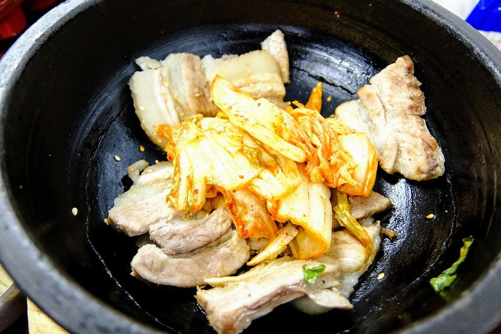裡頭的肉是三層肉,靠著石鍋的熱度漸漸的變成焦黃色