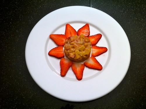 Pfefferananas mit Kaki auf Erdbeer-Carpaccio und Ingwereiscreme