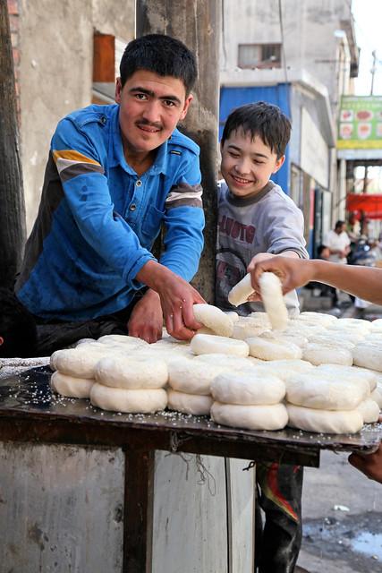 Making nan at a bakery, Urumqi ウルムチ、ナンを作る人たち