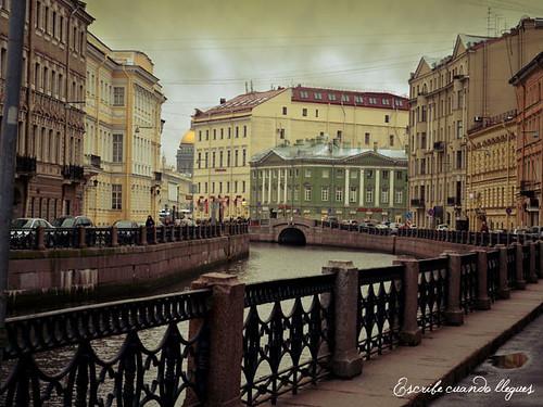 Otra fotografía de uno de los numerosos canales que horadan San Petersburgo