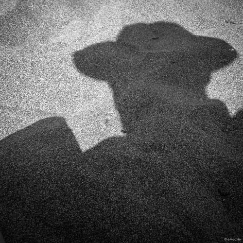 autorretrato con sombrero, sobre la arena de la playa by eMecHe