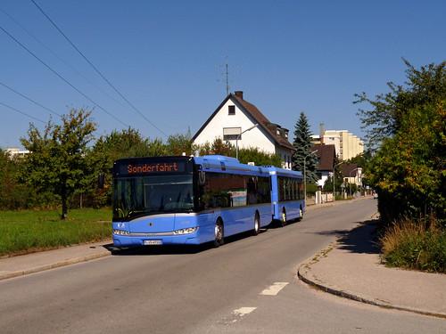 Das Gespann passiert die Haltestelle Pulverturmstraße (Bild: Johannes Schumm)
