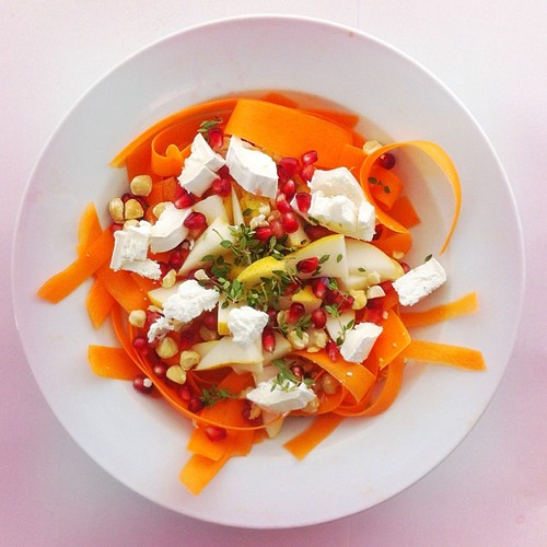 Pears week. Recipe n.1: goat cheese, pear, carrot, pomegranate, lemon thyme, hazelnuts, extra virgin olive oil and balsamic vinegar.  #salad #salads #saladjam #saladlunch #saladpride #health #healthy #healthydiet  #nutrition #nutritionist #fitlifestyle #f