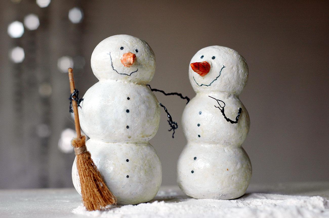 Lazar papier mache snowman family for Paper mache christmas