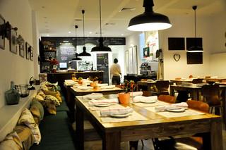 http://hojeconhecemos.blogspot.com.es/2013/12/eat-santo-restaurante-deli-madrid.html