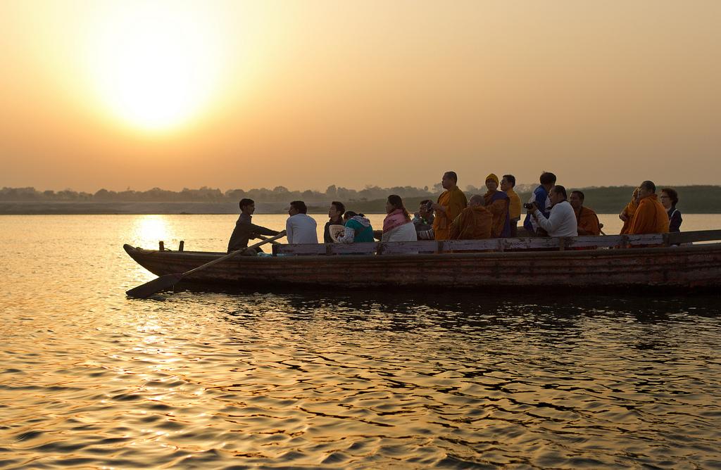 12. Monjes navegando por el Ganges. Autor, Travelwayoflive