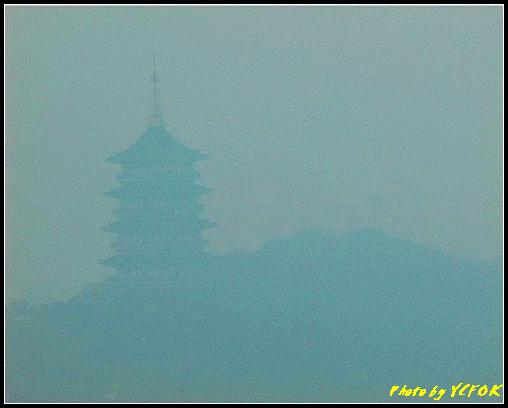 杭州 吳山天風景區 - 046 (城隍閣 從城隍閣望向霧中的雷峰塔)