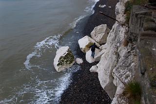 Sur la plage au pied des falaises