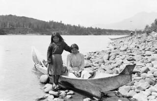 Two Gitxsan First Nation girls in a dugout cedar canoe... / Deux filles de la Première Nation Gitxsan dans une pirogue en cèdre...